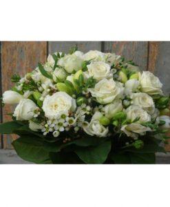 Svatební kytice z růží, frézií a drobných bílých kvítečků