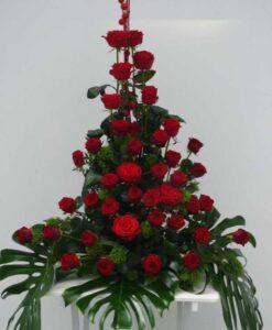 Smuteční aranžmá z 38 růží