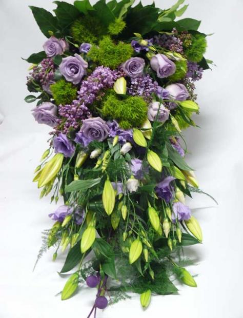 Obrovská smuteční kytice v odstínech fialové.