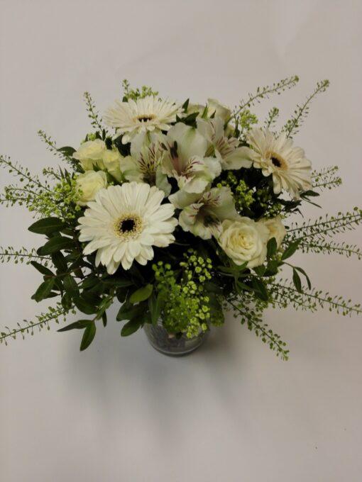 Bílo-zelená kytice z minigerber, alstromerie a minirůží