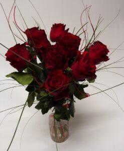 9 velkých rudých růží s červenou dekorací