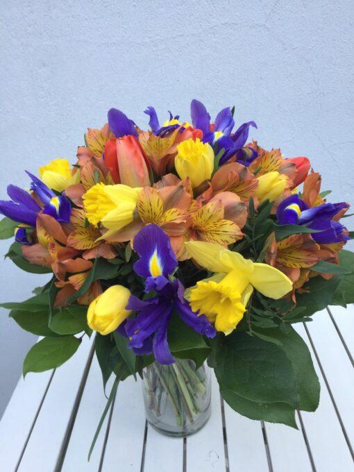 Jarní míchaná kytice - irisy, narcisy, alstromerie a tulipány