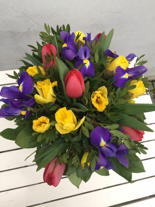 Jarní kytice z tulipánů, irisů a narcisů