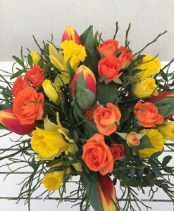 Kytice s tulipány, narcisy a trsovými růžemi