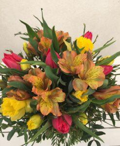 Kytice z alstromerie, tulipánů a narcisů