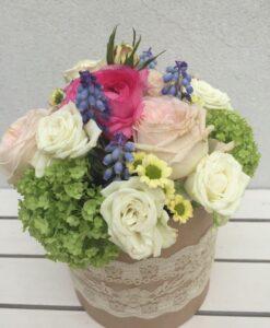 Květinová dárková krabice s růžemi, modřencem a santinkama