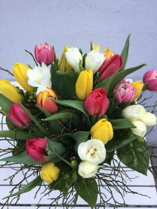 Míchaná jarní kytice z tulipánů a frézií