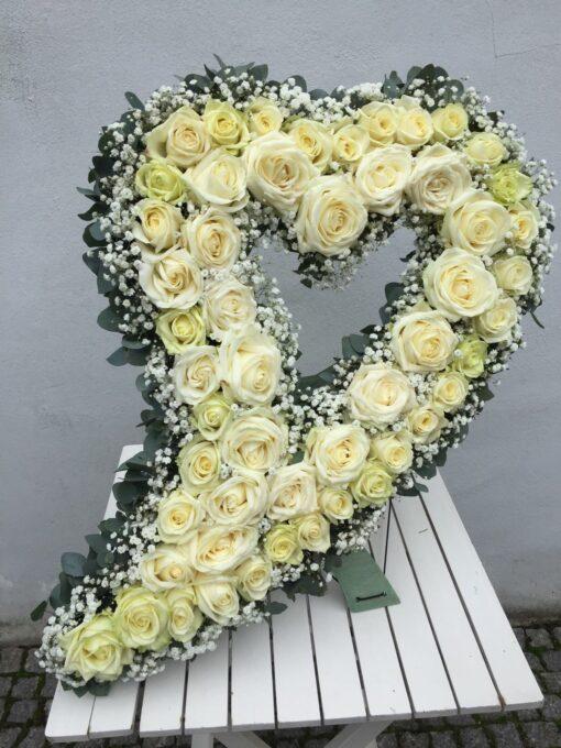 Smuteční srdce z velkokvětých bílých růží