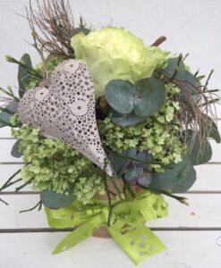 Květinová dárková krabice s růží, viburnum a kovovým srdíčkem