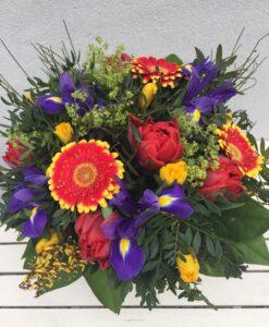 Pestrá jarní kytice - minigerbery, tulipány, iris, narcis, čilimnik a alchimilla