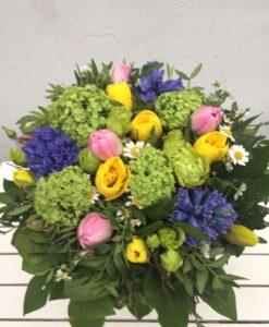 Pestrá jarní kytice - viburnum, hyacint, tulipán, narcis a tanacetum