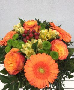 Oranžová kytice z gerber, velkokvěté růže, santinky, hypericum a alstromerie