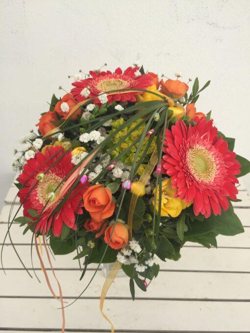 Kytice z minigerber, trsové růže, gypsophila a euphorbia