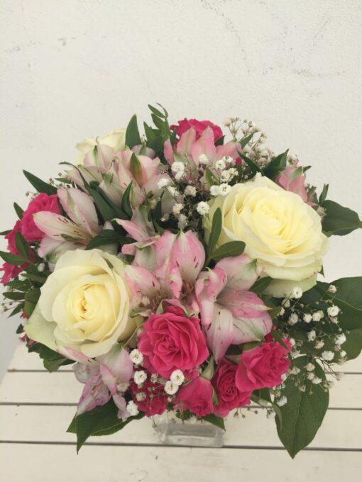 Kytice z vekokvětých růží, alstromerie, trsové růže