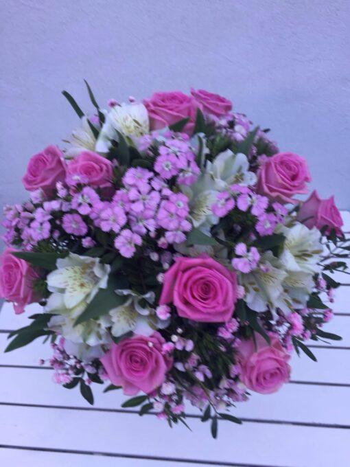 Růžové růže, alstromerie, diantus a gypsophila
