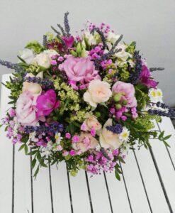 Krásná kytice z minirůží, eustoma, matrecia, gypsophila s levadulí, frézie