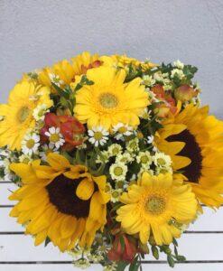Letní kytice se slunečniceni a minigerberami
