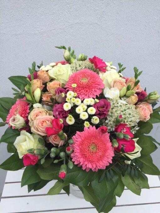 Míchaná kytice z minigerber, trsových růží, allium, frezie