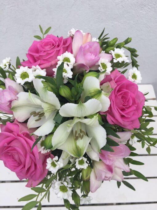 Kytička s růžemi, santinami, alstromerie a frézie