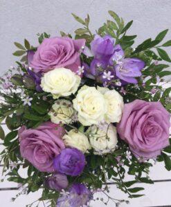 Kytička z růží, trsových růží a frézií