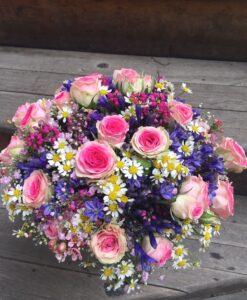 Luxusní romantická kytice - trsové růže, agapanthus, tanacetum, gypsophilla a wax