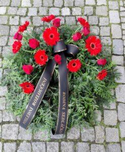 Smuteční věnec s růžemi a gerberami