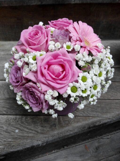 Vypichované aranžmá s obalem - růže, minirůže, minigerbera