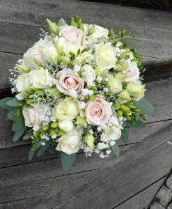 Svatební kytice s růžemi a fréziemi