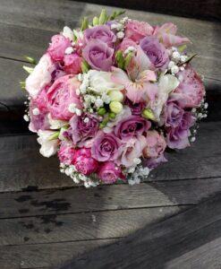 Svatební kytice s minirůžemi, fréziemi...