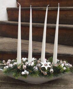 Vánoční luxusní aranžmá v bílé misce netradičního tvaru