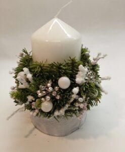 Vánoční svícen s bílými baňkami