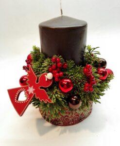 Vánoční svícen s červenými dekoracemi