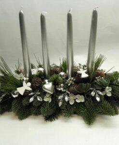 Vánoční aranžmá se stříbrnými svíčkami