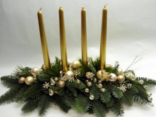 Vánoční aranžmá se zlatými svíčkami