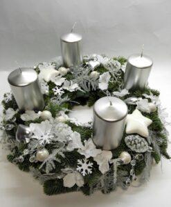 Adventní věnec se stříbrnými svíčkami a bílou dekorací