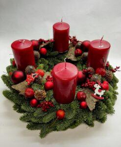Adventní věnec s červenými svíčkami