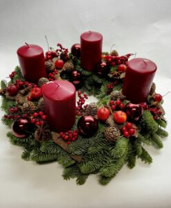 Adventní věnec s červenými svíčkami a baňkami