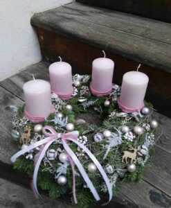 Adventní věnec s růžovými svíčkami