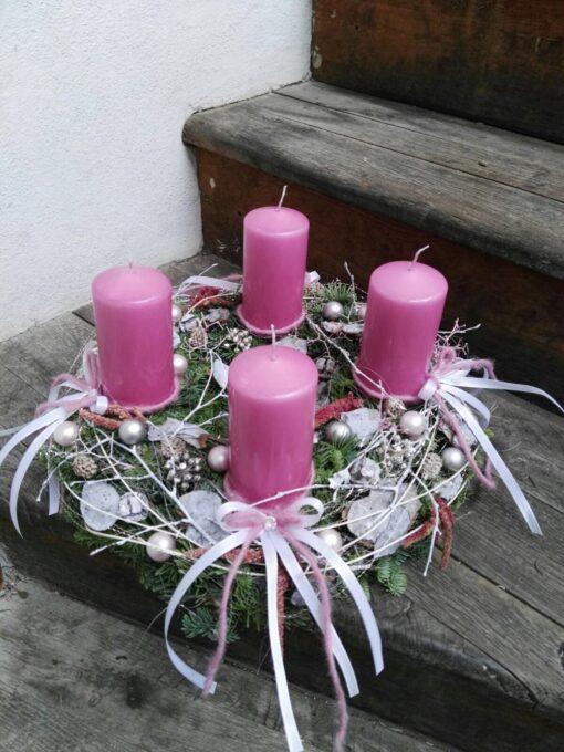 Adventní věnec s růžovými svíčkami a mašličkami