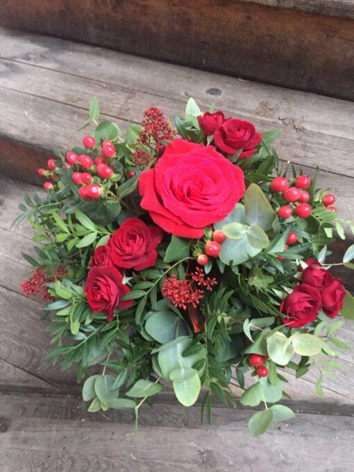 Zimní kytice v barvě tradičních Vánoc a lásky