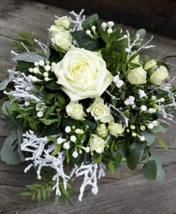 Luxusní zimní kytice z růže a minirůžiček