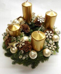 Adventní věnec se zlatými svíčkami
