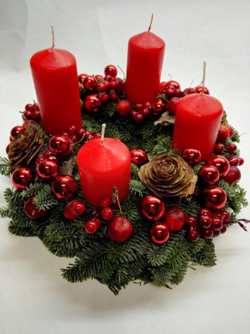 Adventní věnec v tradičních vánočních barvách