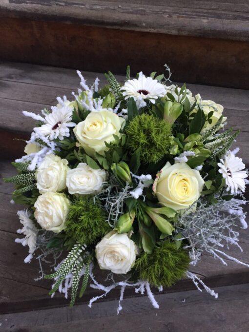Úžasná zimní kytice s bílými růžemi