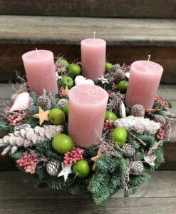 Adventní věnec s jablíčky a růžovými svíčkami