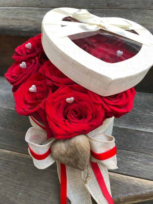 9 velkokvětých rudých růží v dárkové krabičce ve tvaru srdce