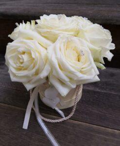 7 krásných bílých růží v dárkové krabičce