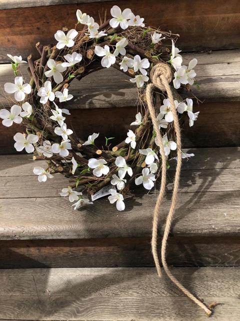 Jarní věnec s bílými kvítky