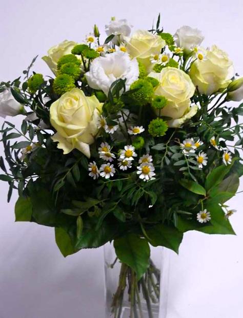 Bílé růže a zelené santinky