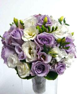 Něžná svatební kytice z fialových růží a bílé eustomy